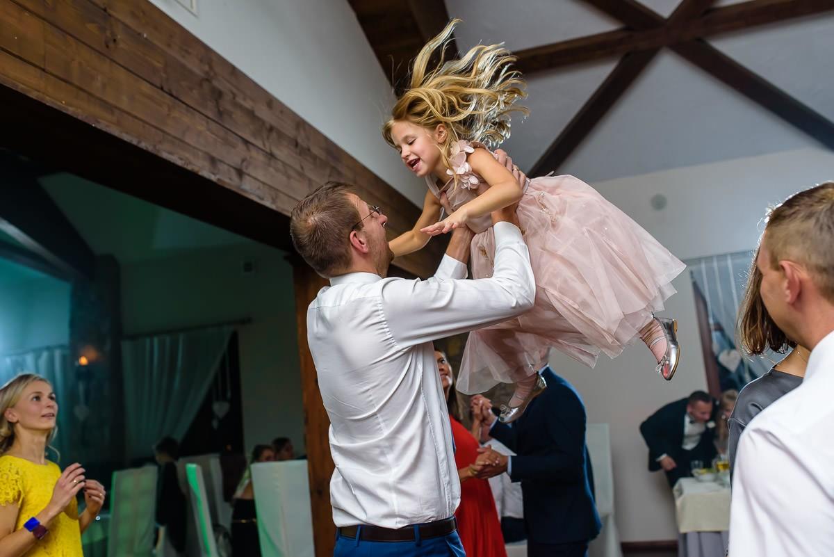 dziecko na weselu