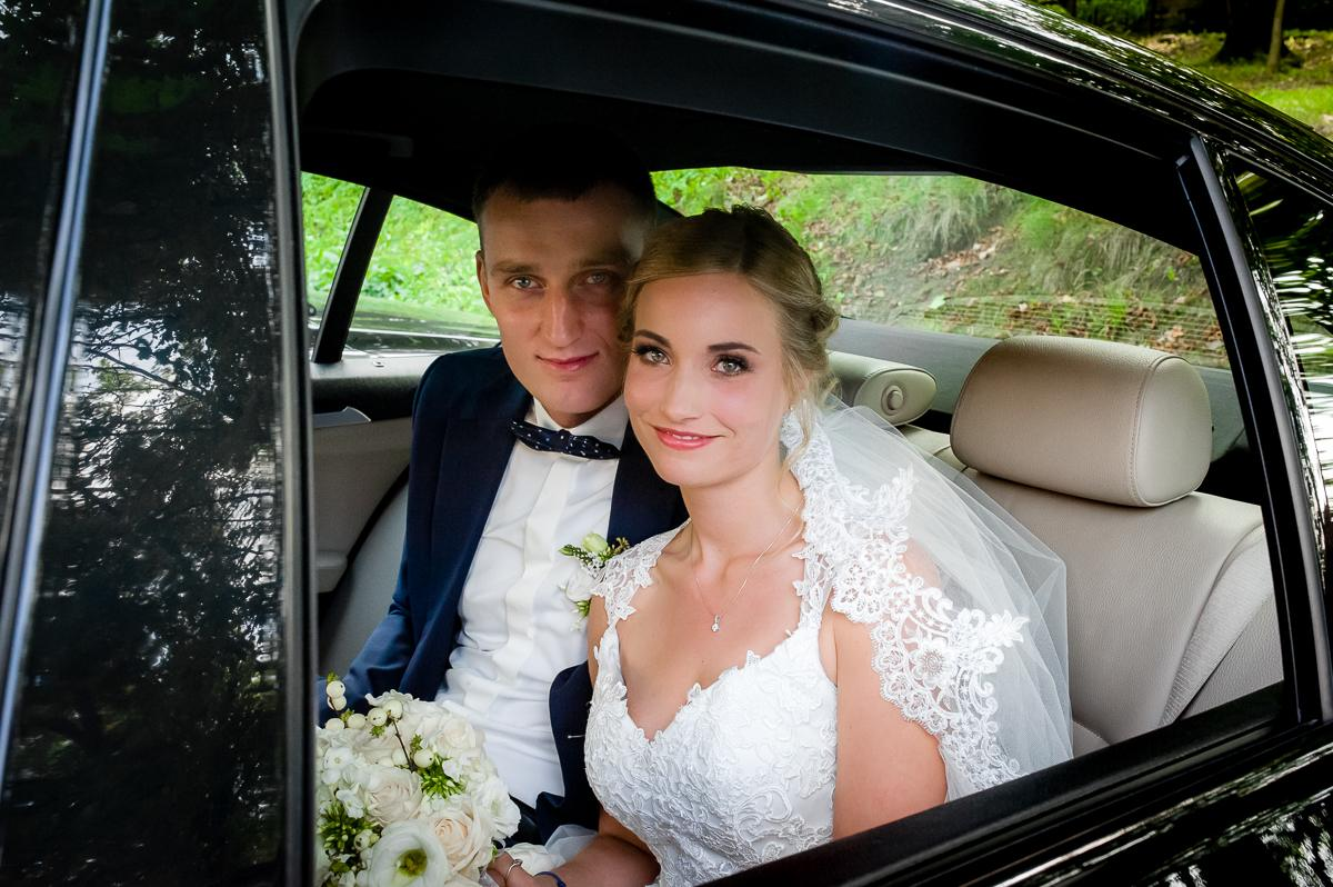 portret ślubny w samochodzie