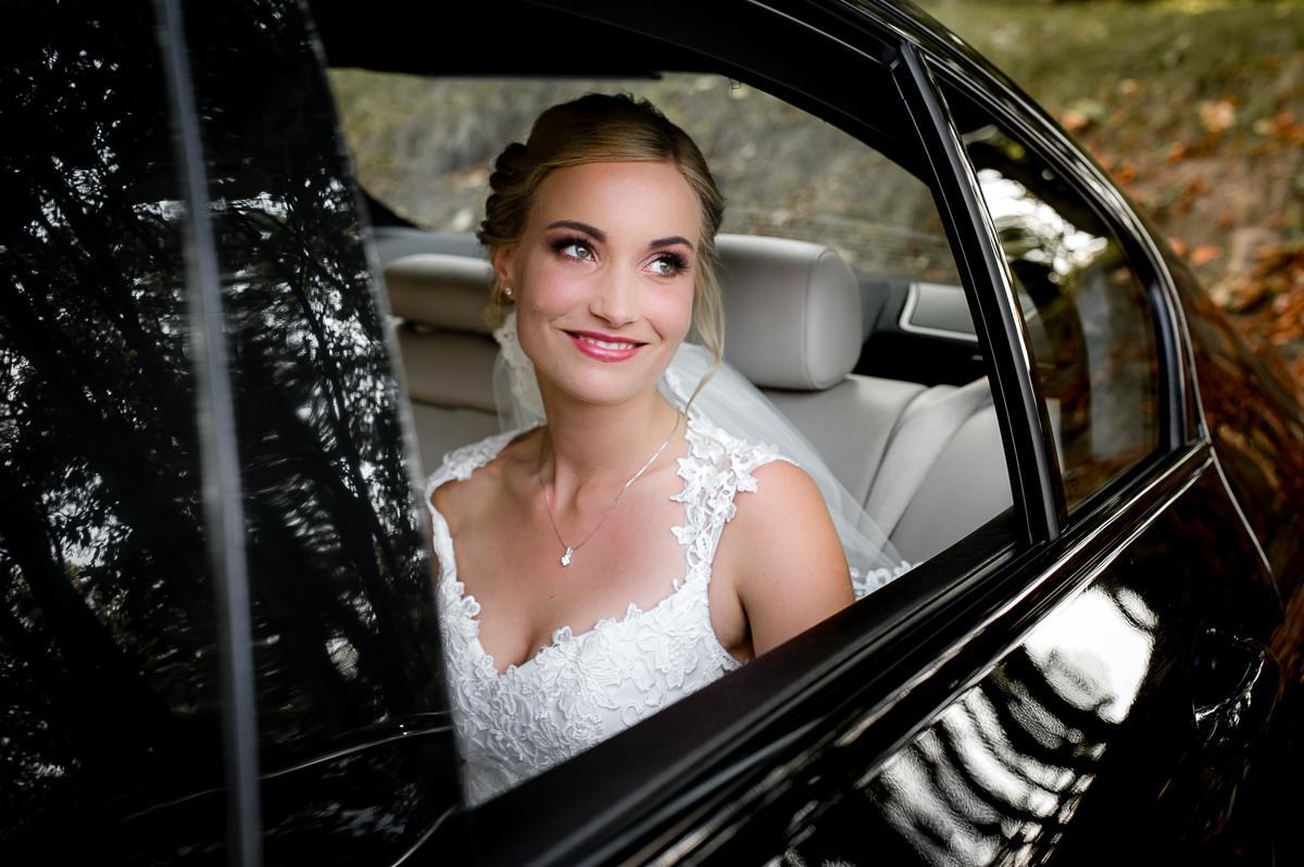 portret Panny Młodej w samochodzie
