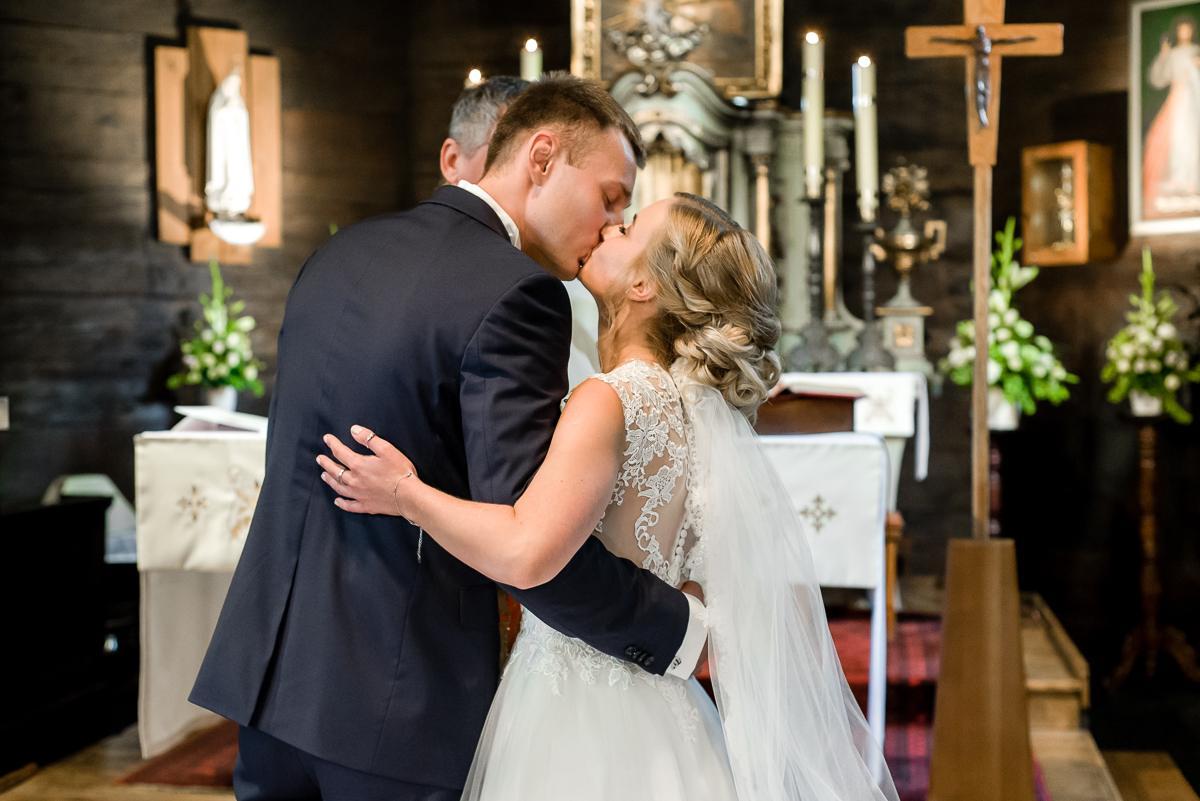pocałunek Młodej Pary w kościele