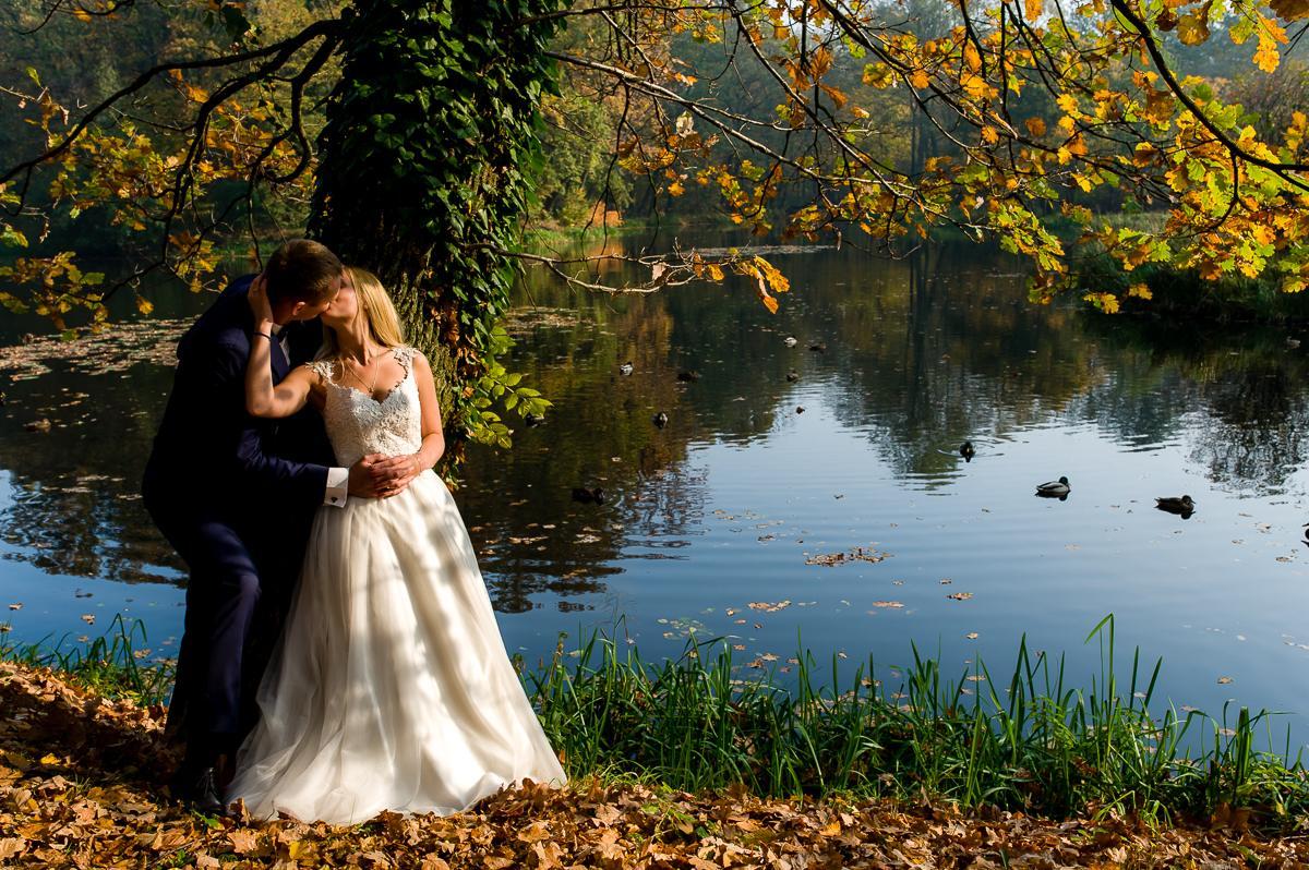 zdjęcia ślubne nad stawem