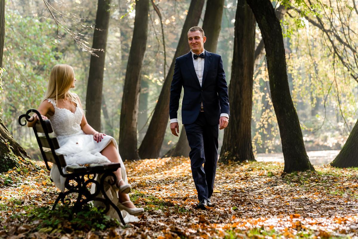 sesja ślubna jesienią w parku