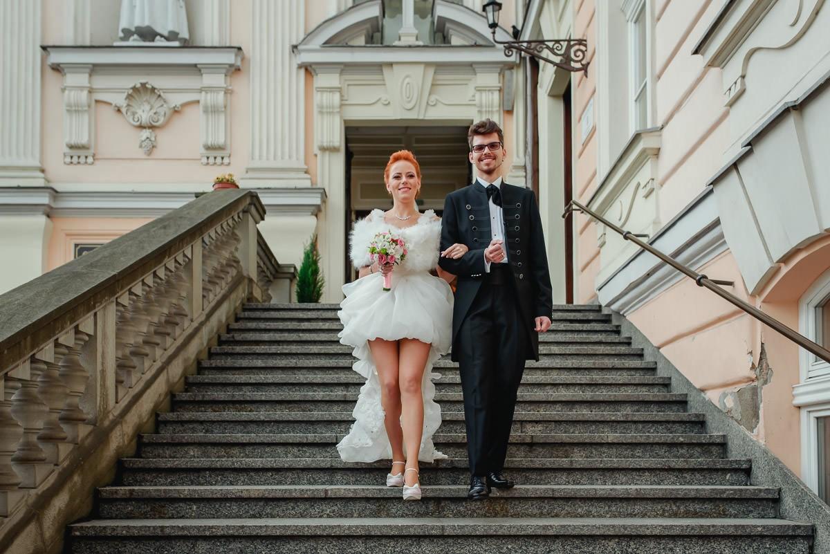 krótka suknia ślubna z długim trenem, surdut ślubny