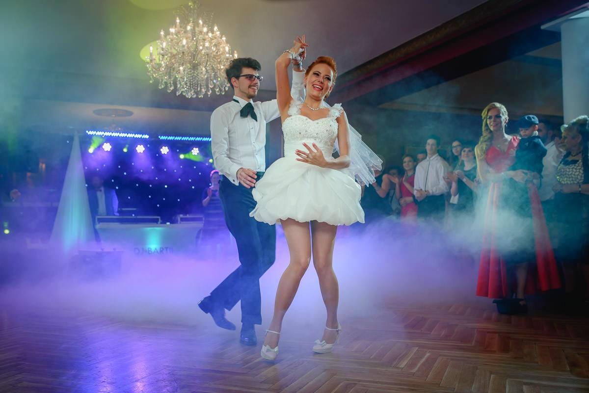 krótka suknia ślubna z długim trenem Bielsko