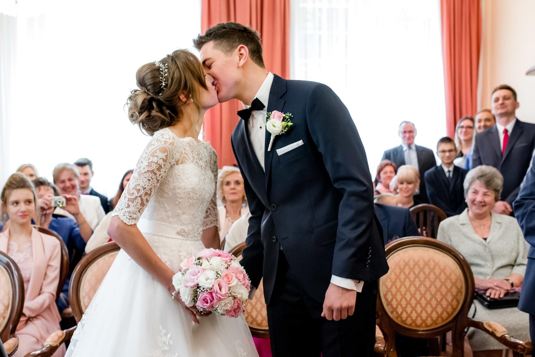 zdjęcia ślubne w USC w Porębie