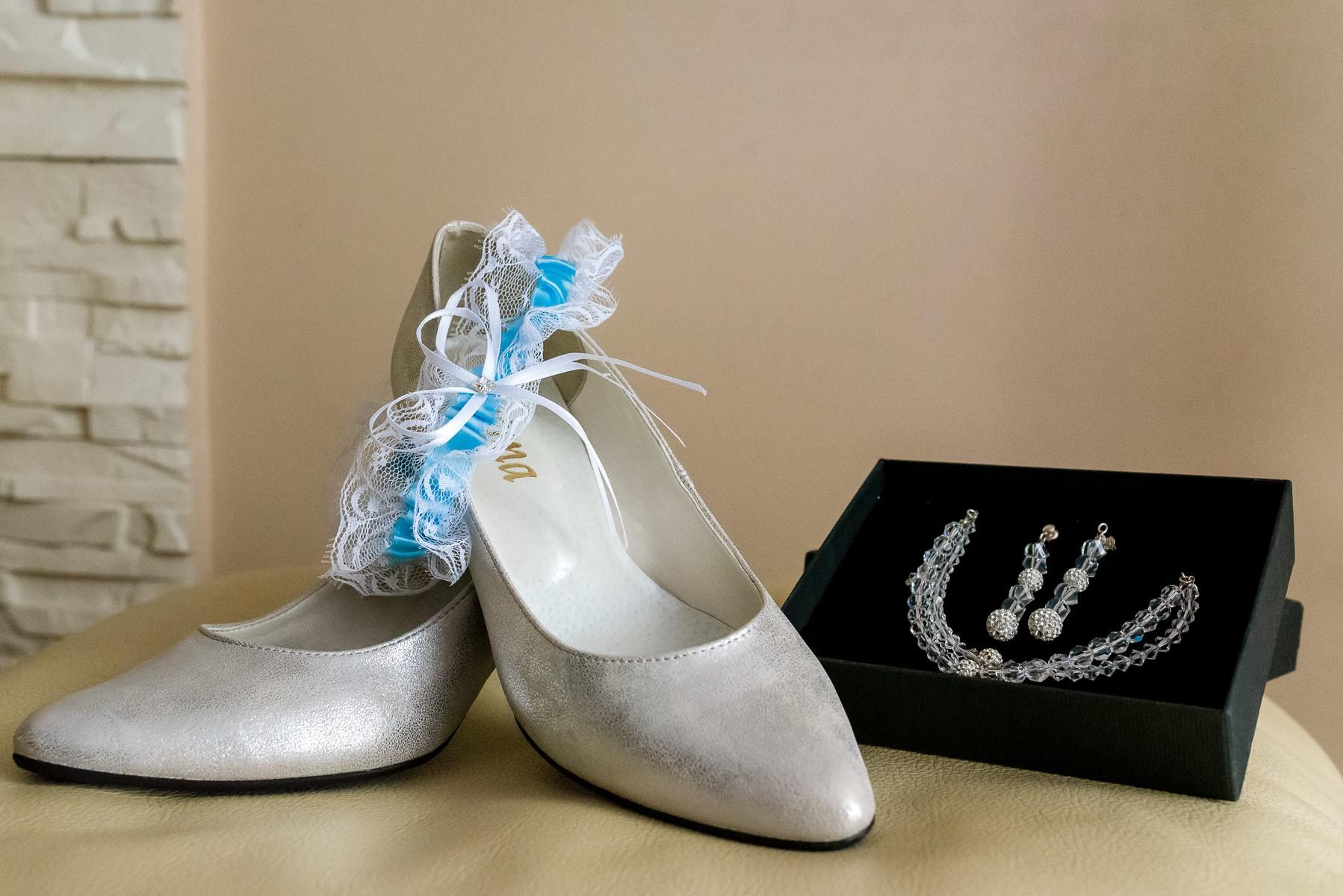 biżuteria ślubna i podwiązka