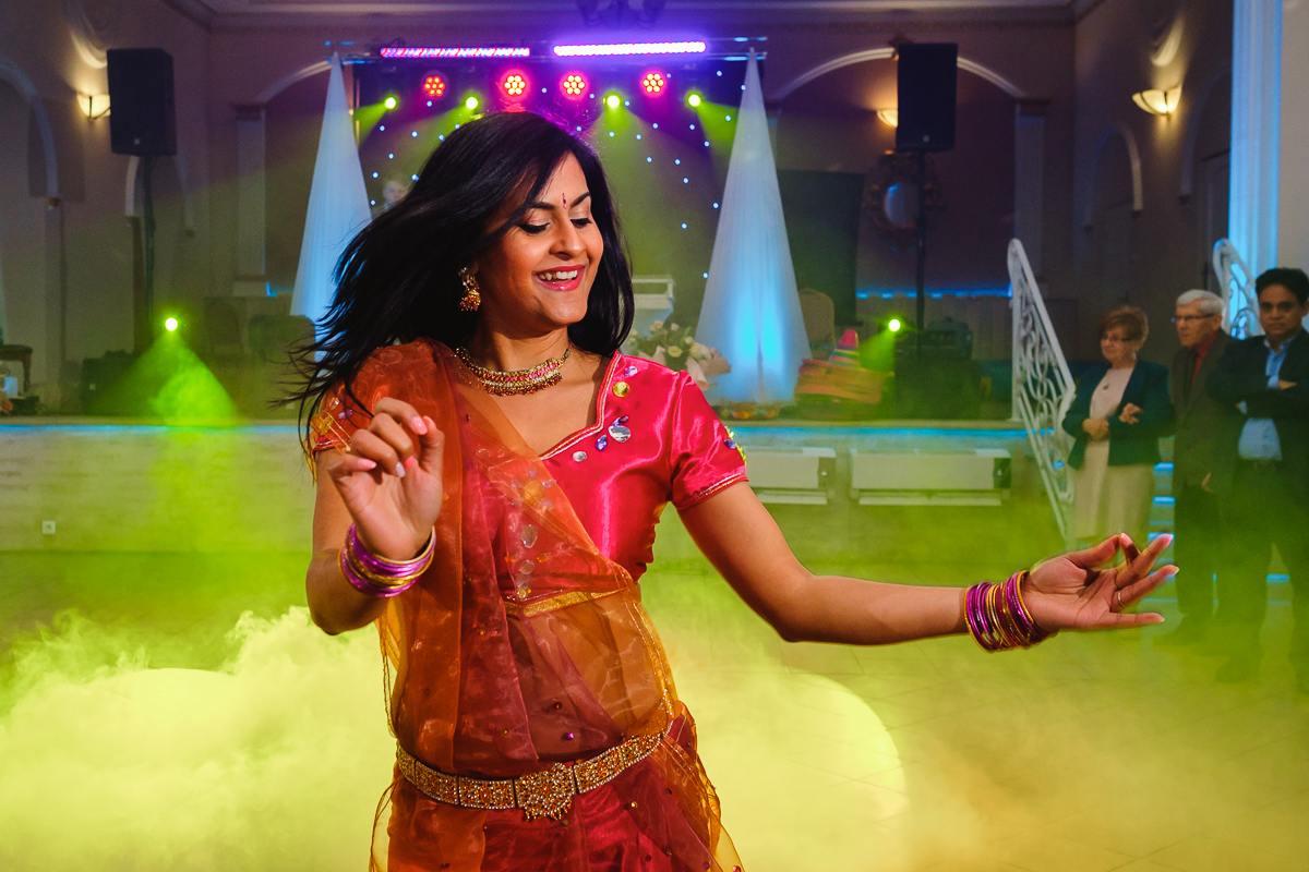 pokaz tańca bengalskiego na weselu