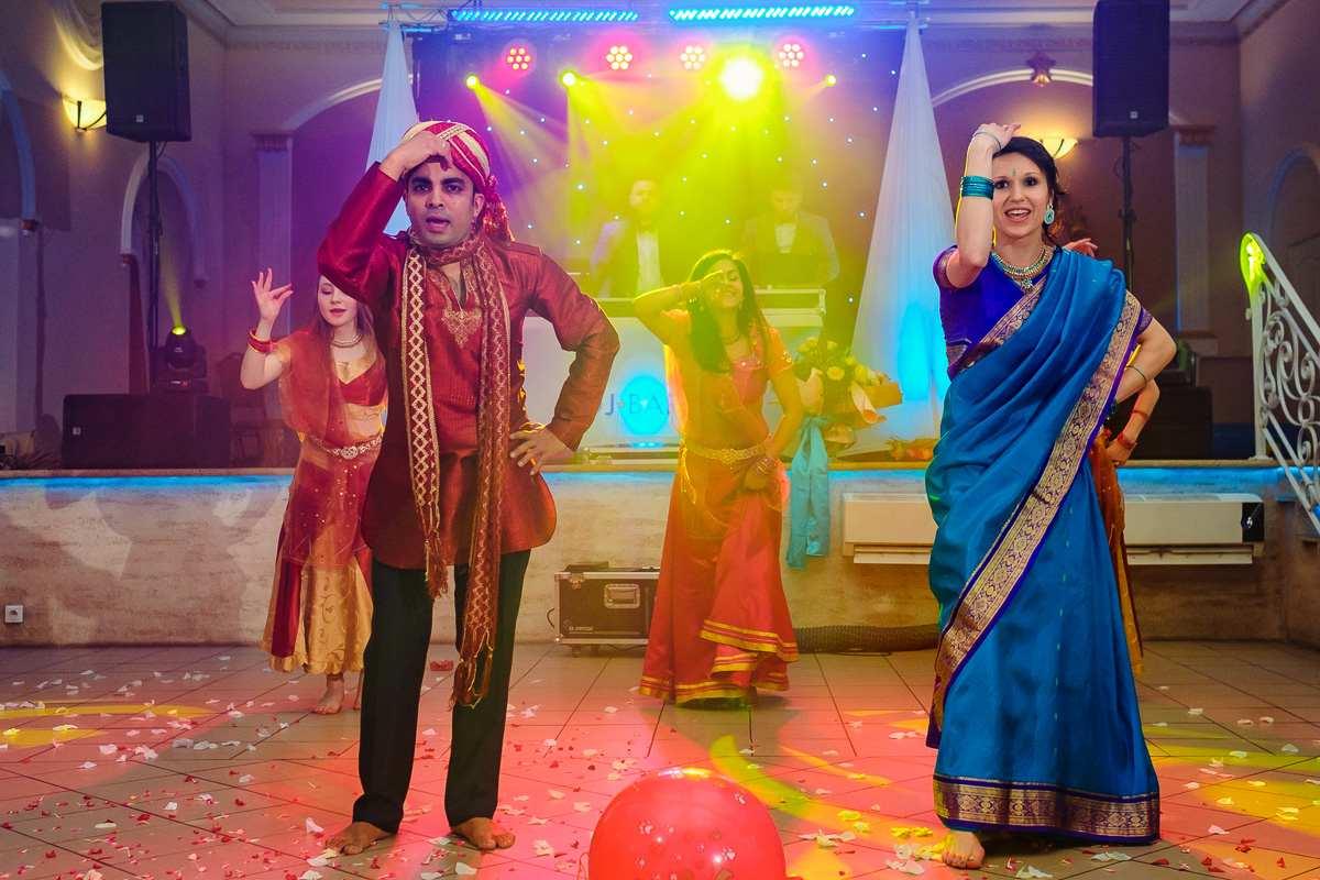 Para Młoda w strojach indyjskich
