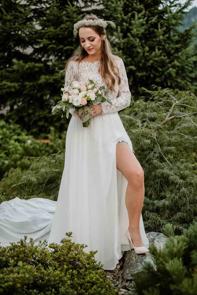 suknia ślubna z szerokim rozcięciem